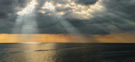 太陽の光が雲を通過