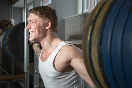 fitnesscenter: Young bodybuilder