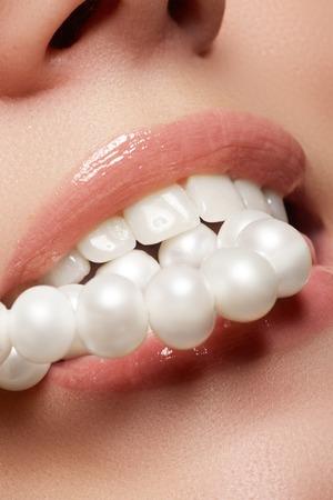 Schönheit und Mode. Frau Lächeln. Zahnaufhellung. Zahnpflege