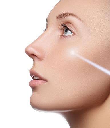 Beauty Portrait. Schöne Spa Frau. Perfekte frische Haut. Isoliert auf weißem Hintergrund. Pure Beauty Modell. Jugend und Hautpflege-Konzept
