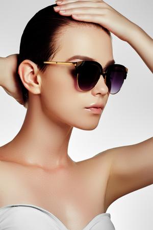 Lunettes En Shot Maillot D'un ModeFemme NaturelGlamour Bain De Soleil Sexy Et Avec Des Maquillage Modèle Dorées Beau 5jq3RL4A