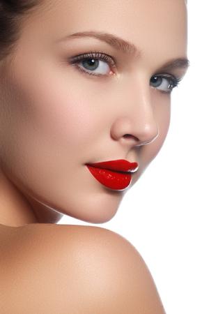 Beauty model meisje met perfecte make-up geïsoleerd over white. Portret van aantrekkelijke jonge vrouw op witte achtergrond. Mooi vrouwelijk gezicht met duidelijke frisse huid. rode lippen