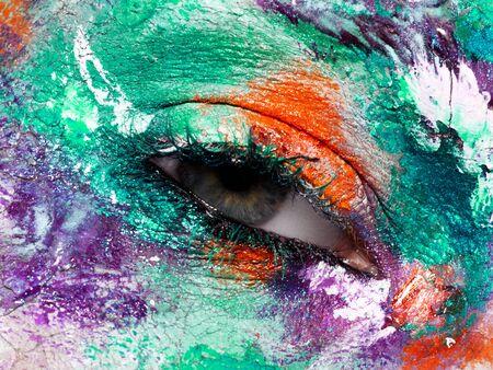 Beauté, cosmétiques et maquillage. Les yeux magiques regardent avec un maquillage créatif brillant. Plan macro sur le visage d'une belle femme avec un maquillage d'art parfait. Gros plan de l'œil féminin. Art corporel
