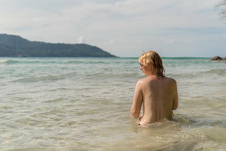 海または海で日光浴若いセクシーな女性