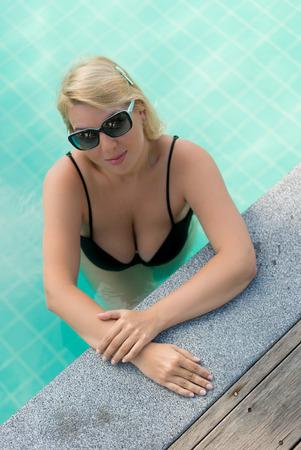 リゾートのプールでリラックスできる女性