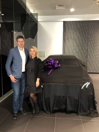 SAINT-PETERSBURG, RUSSIA - MARCH 16, 2018: Man and woman purchasing Mercedes e-class w213 car in showroom Editöryel