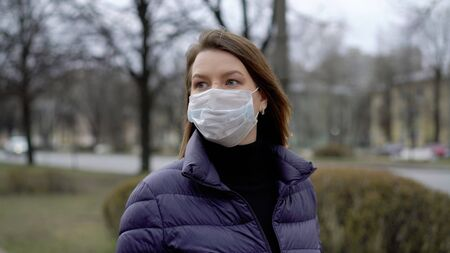 Woman in face protective mask in a city. Epidemic pandemic covid-19 coronavirus 스톡 콘텐츠