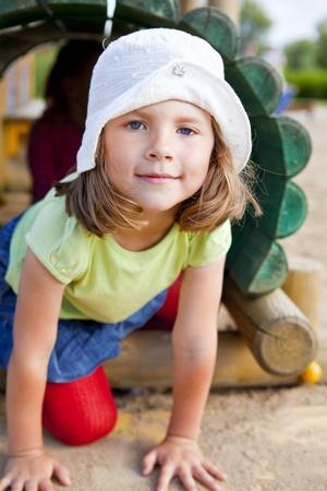 kleine meisje spelen op speelplaats