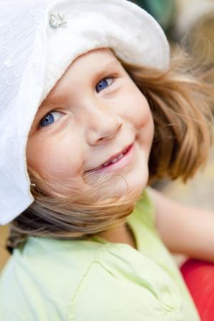 close-up van lachende kleine meisje in hoed Stockfoto