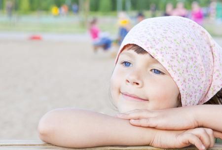 klein meisje spelen op speelplaats Stockfoto
