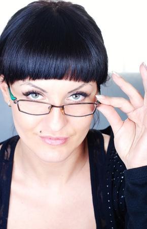close-up van mooie brunette vrouw deelneming bril Stockfoto