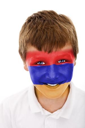Jonge jongen met Armenië vlag geschilderd op zijn gezicht
