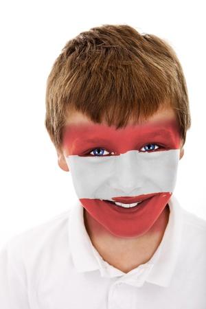 Jonge jongen met oostenrijk vlag geschilderd op zijn gezicht