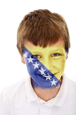 Jonge jongen met Bosnië en Herzegovina vlag geschilderd op zijn gezicht Stockfoto
