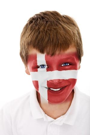 Jonge jongen met Denemarken vlag geschilderd op zijn gezicht