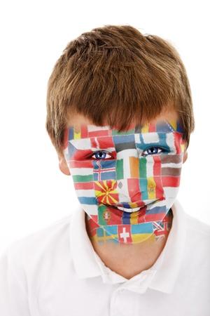 jonge jongen met europese unie vlaggen geschilderd op zijn gezicht