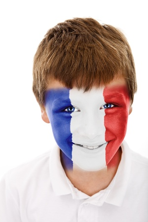 Jonge jongen met frankrijk vlag geschilderd op zijn gezicht