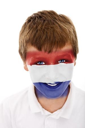 Jonge jongen met Nederland vlag geschilderd op zijn gezicht
