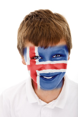Jonge jongen met ijsland vlag geschilderd op zijn gezicht