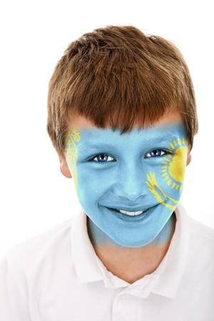 Jonge jongen met Kazachstan vlag geschilderd op zijn gezicht