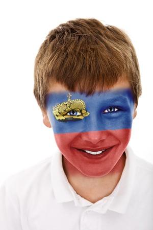Jonge jongen met Liechtenstein vlag geschilderd op zijn gezicht