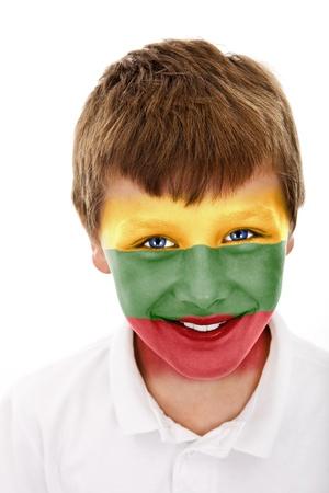 Jonge jongen met litouwen vlag geschilderd op zijn gezicht