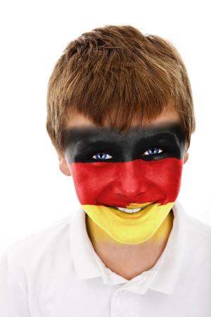 Jonge jongen met duitsland vlag geschilderd op zijn gezicht