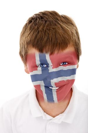 Jonge jongen met Noorwegen vlag geschilderd op zijn gezicht
