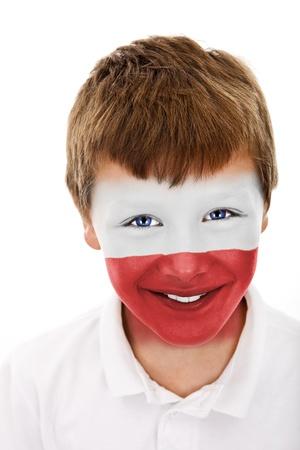 jonge jongen met polen vlag geschilderd op zijn gezicht