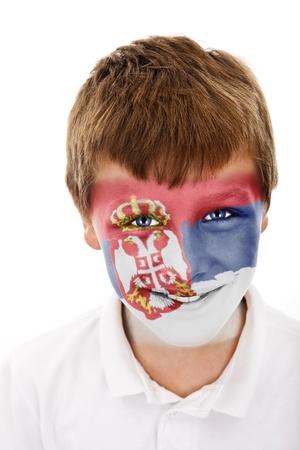 Jonge jongen met Servië vlag geschilderd op zijn gezicht
