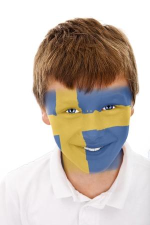 Jonge jongen met zweden vlag geschilderd op zijn gezicht