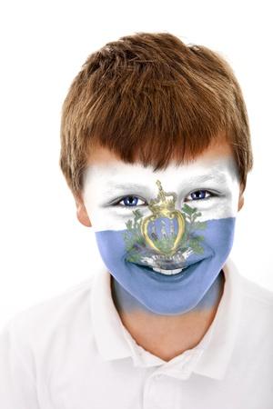 Jonge jongen met San Marino vlag geschilderd op zijn gezicht