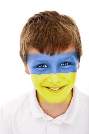 Jonge jongen met ukraine vlag geschilderd op zijn gezicht