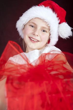 glimlachend jong meisje met kerstcadeau