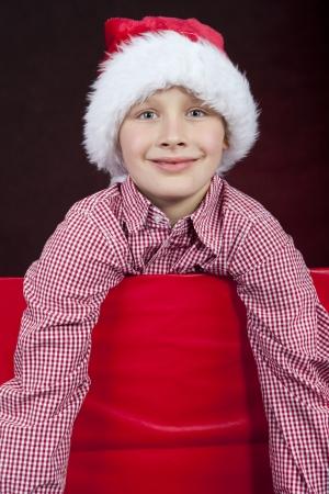lachende kerst jongen in geschenkdoos