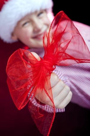 boog op kerst jongen