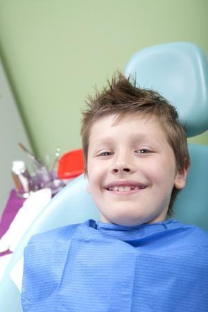 Jonge jongen in een tandheelkundige ingreep