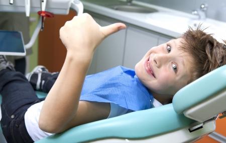 karies: Ung pojke i en tandläkarmottagning Stockfoto