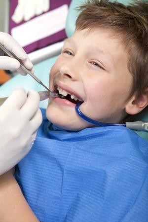 Jonge jongen in een tandartspraktijk