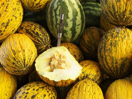 insipid: Melons for sale in yellow Stock Photo