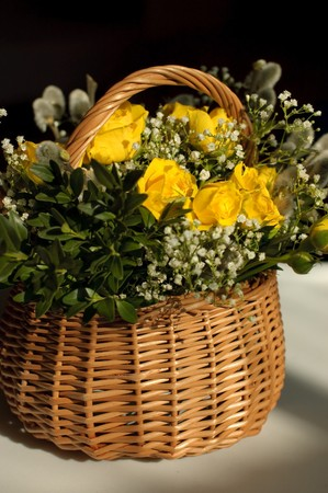 pussy yellow: Basket with a bouquet of pussy willow, boxwood and yellow roses