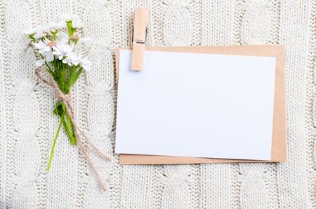 Carte carton vide avec des fleurs et une enveloppe
