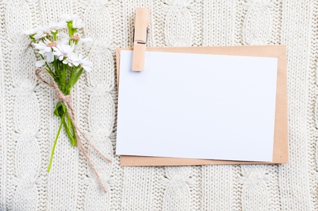 Lege kartonnen kaart met bloemen en een envelop Stockfoto