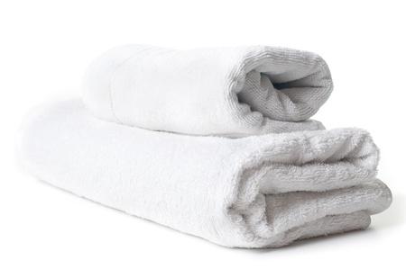 strandlaken: Twee schone witte badstof handdoeken op een witte achtergrond