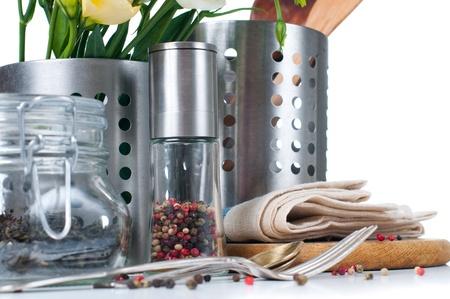 Keuken voorwerpen, pannen, servies, bloemen en kruiden op een witte achtergrond Stockfoto