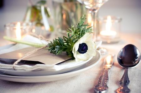 Vakantie tafel instelling met witte bloemen en kaarsen