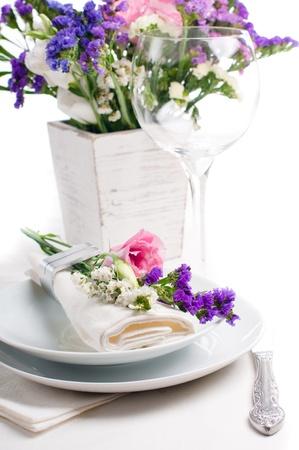 Feestelijke tafel setting en decoratie met verse bloemen