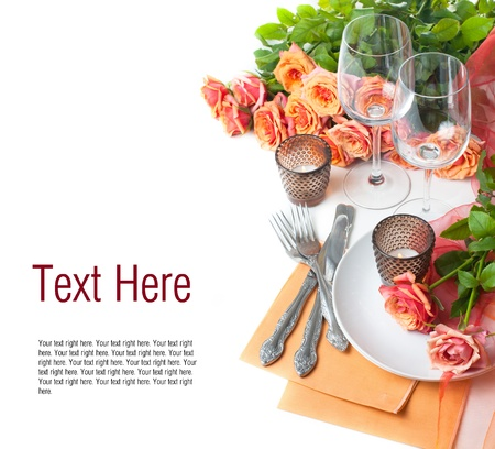 Sjabloon met feestelijke tabel met rozen en kaarsen in de kleuren oranje op een witte achtergrond Stockfoto