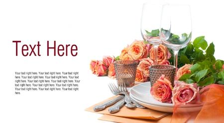 Template met feestelijke tabel met rozen en kaarsen in de kleuren oranje op een witte achtergrond