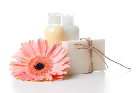 화장품: 흰색 배경에 스파, 바디 케어 및 위생을위한 제품의 구성